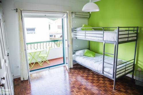 Suite com varanda no Help Yourself Hostels Carcavelos