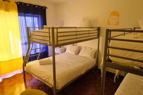 Cama de casal e beliche em quarto privado