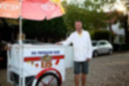 """В Нидерландах мороженое можно купить не только в магазине или палатке, но и у """"мобильного"""" продавца. Такой продавец передвигается со своей тележкой пешком или на велосипеде (к которому она может быть прикреплена) не только по центральным улицам города, но"""