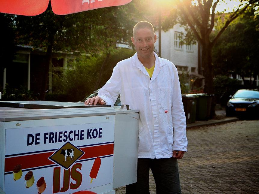 Sommige typisch Nederlandse dingen voor mij wel nieuw en bijzonder. Net als de ijscoman. Gelukkig loopt de ijscoman vaak langs ons huis. Enige dagen geleden heb ik hem geportretteerd en nog een paar vragen gesteld.