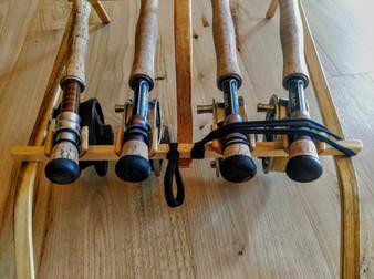 Le vérouillage des cannes au talon se fait grâce à un élastique et permet de les transporter sans emcombres !