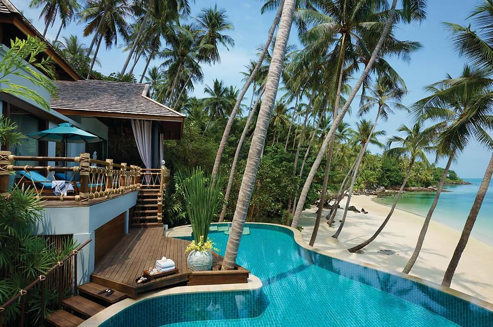 piscina de frente para praia