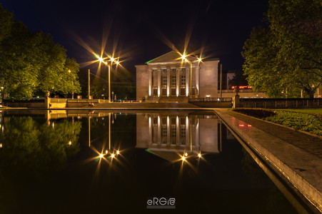 Gmach Poznańskiej Opery nocą