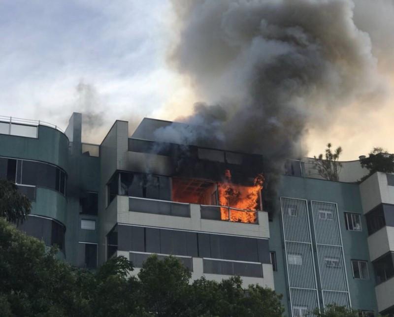 Os andares superiores da Prumada A foi afetada pelo fogo.