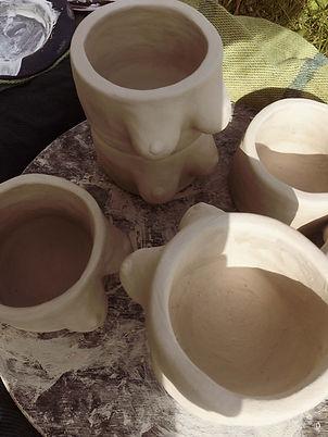 ohmytits, les pots en forme de sein, décoration féministe, seins pour toutes les femmes, pot, téton, décoration intérieur, pot de fleur, seins blancs, seins noirs, alice baltus, terrehappie, poterie, céramique, artisanal