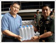 บริจาคน้ำดื่มจำนวน 1,884 ขวดที่กองบัญชาการกองทัพบก เพื่อนำไปช่วยเหลือผู้ประสบภัยน้ำท่วม
