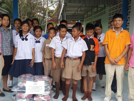 การบริจาครองเท้าแตะให้กับเด็กนักเรียน