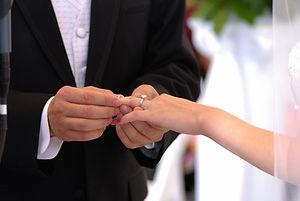 Un homme et une femme font le voeu de s'aimer