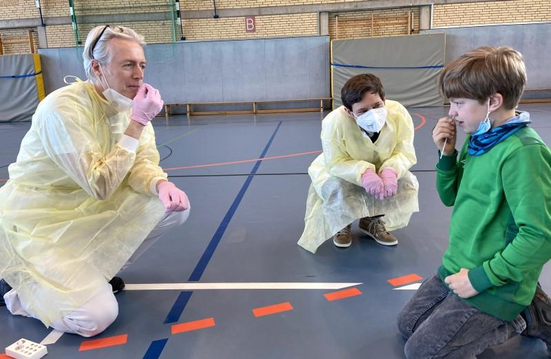 Dr. Georg Hillebrand und Dr. Catrin Tzaribachev zeigen Jonah, wie der Test funktioniert