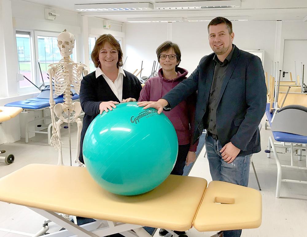 v.l.: Ulla Haeger,  Ingeborg Holla-Dettmer sowie Schulverwaltungsleiter Andreas Bendixen