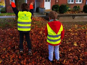 Sana Kliniken Lübeck statten Kinder aus Lübecker Kindertagesstätten mit leuchtenden Warnwesten aus