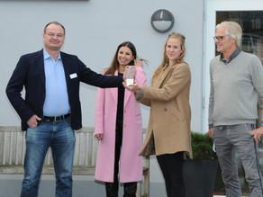 Große Freude in Flensburg - Dr. Frank Helmig und Levke Spinger nehmen den Robert-Enke-Preis entgegen