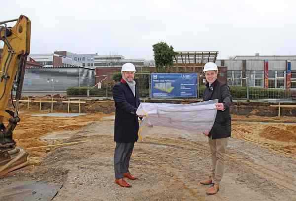 Landrat und Aufsichtsratsvorsitzender Florian Lorenzen (re.) und Geschäftsführer Stephan W. Unger  (Bild: Klinikum Nordfriesland)
