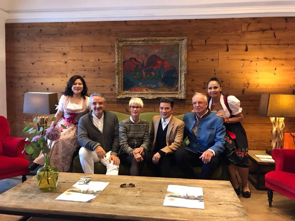Besuch des vietnamesischen Sängers Dam Vinh Hung im Deutschen Zentrum für Frischzellentherapie
