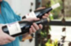 Botella Prados Coleccion Syrah sujetada por unas manos