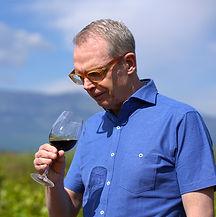 Louis Geirnaerdt, propietario de la bodega Pagos del Moncayo, mirando una copa de vino
