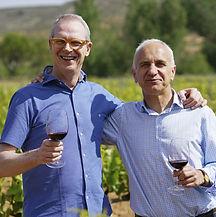 Louis Geirnaerdt y Pedro Aibar, propietarios de la bdga Pagos del Moncayo cogidos por los hombros sonriendo.