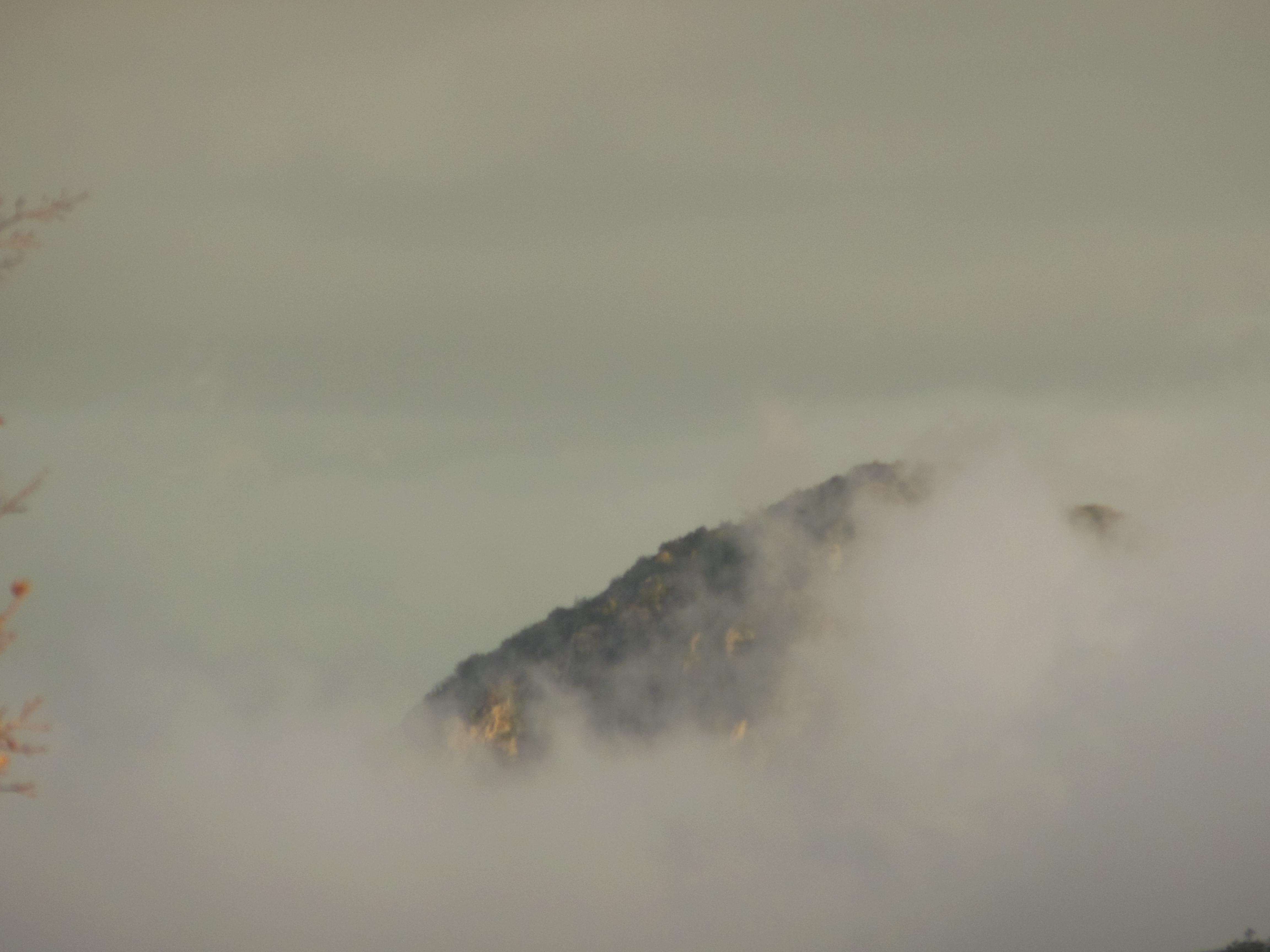 Pic d'Anjeau dans la brume
