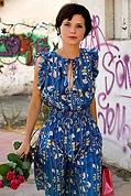 Jeune fille en robe d'été