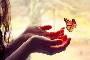femme-mains-papillon.jpg
