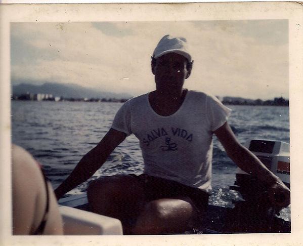 2931- Marciano Cavalheiro saindo da ilha das Cabras e indo à Praia Central, década de 1970.jpg