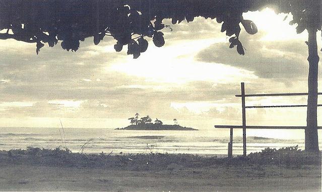 3703-Praia de Camboriú, ao fundo vista da Ilha das Cabras, década de 1950.jpg