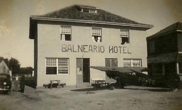 1062 - Avião em frente do Hotel Balneário, Década de 1940.jpg