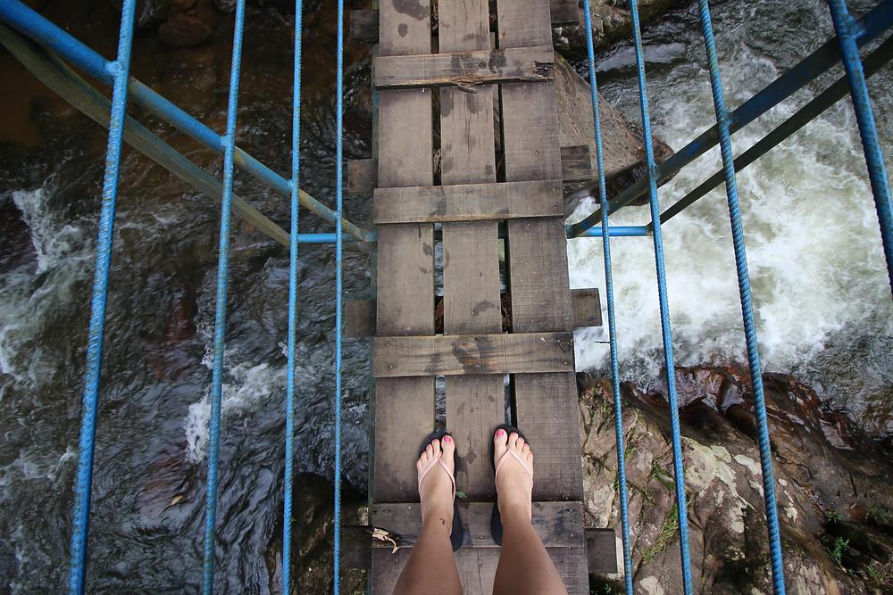 Les pieds presque dans l'eau à la Cachoeira Pedro David