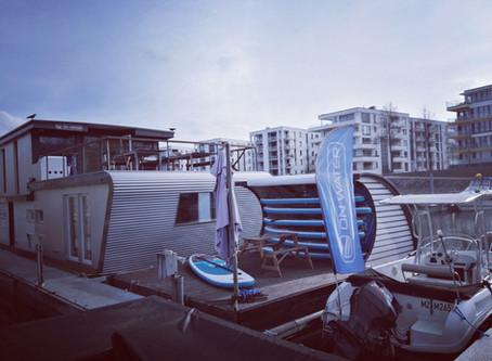 Die Sonne scheint in Mainz.Hausboot, SUP Boards und Fahrschulboot sind bereit.