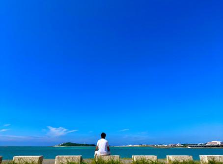 視界を覆う真っ青な景色