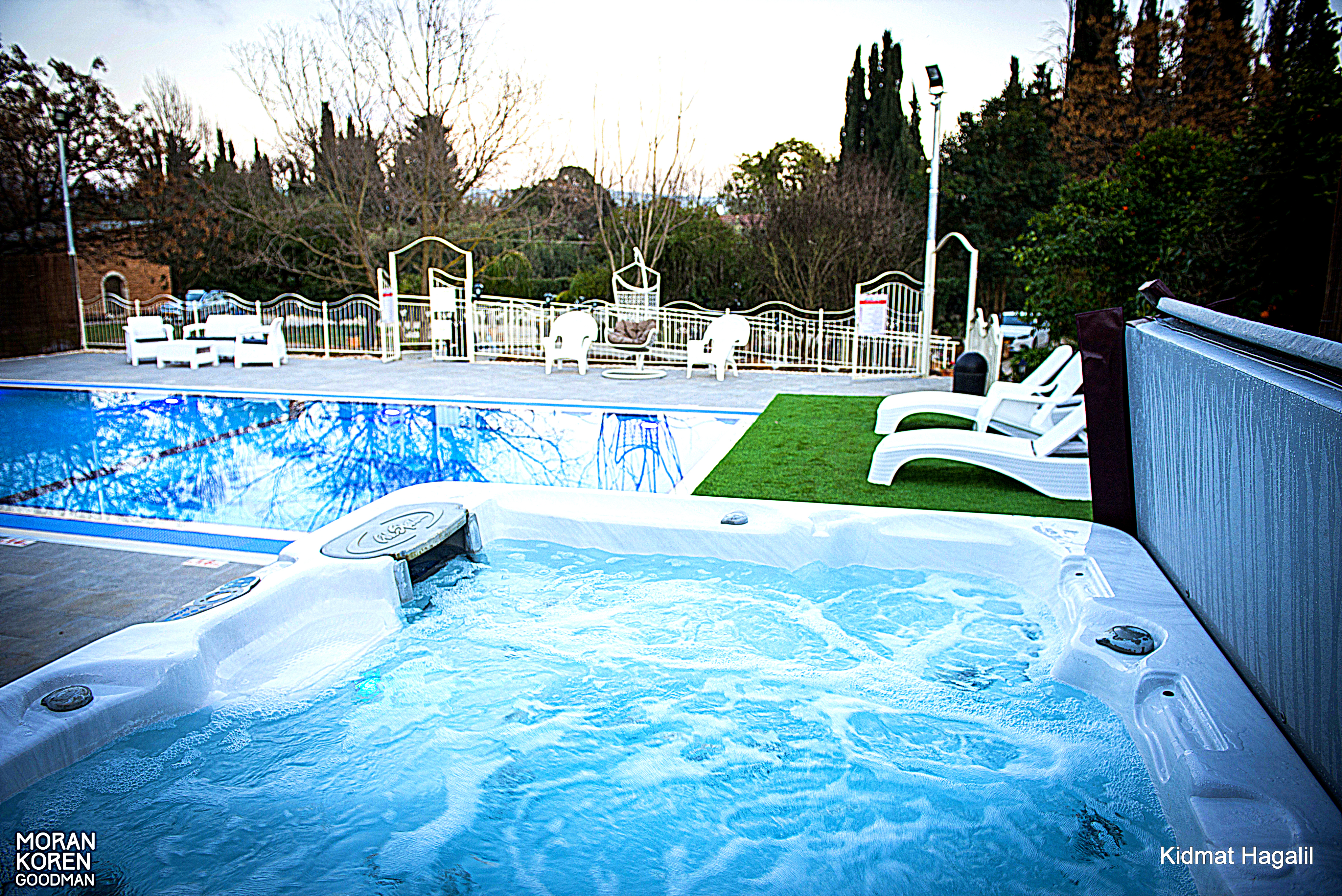 הג'קוזי ספא והבריכה במתחם הבריכה