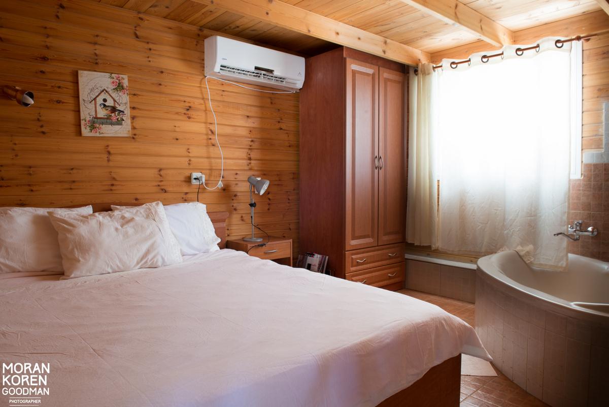 חדר שינה זוגי בבקתת קורל עם ג'קוזי