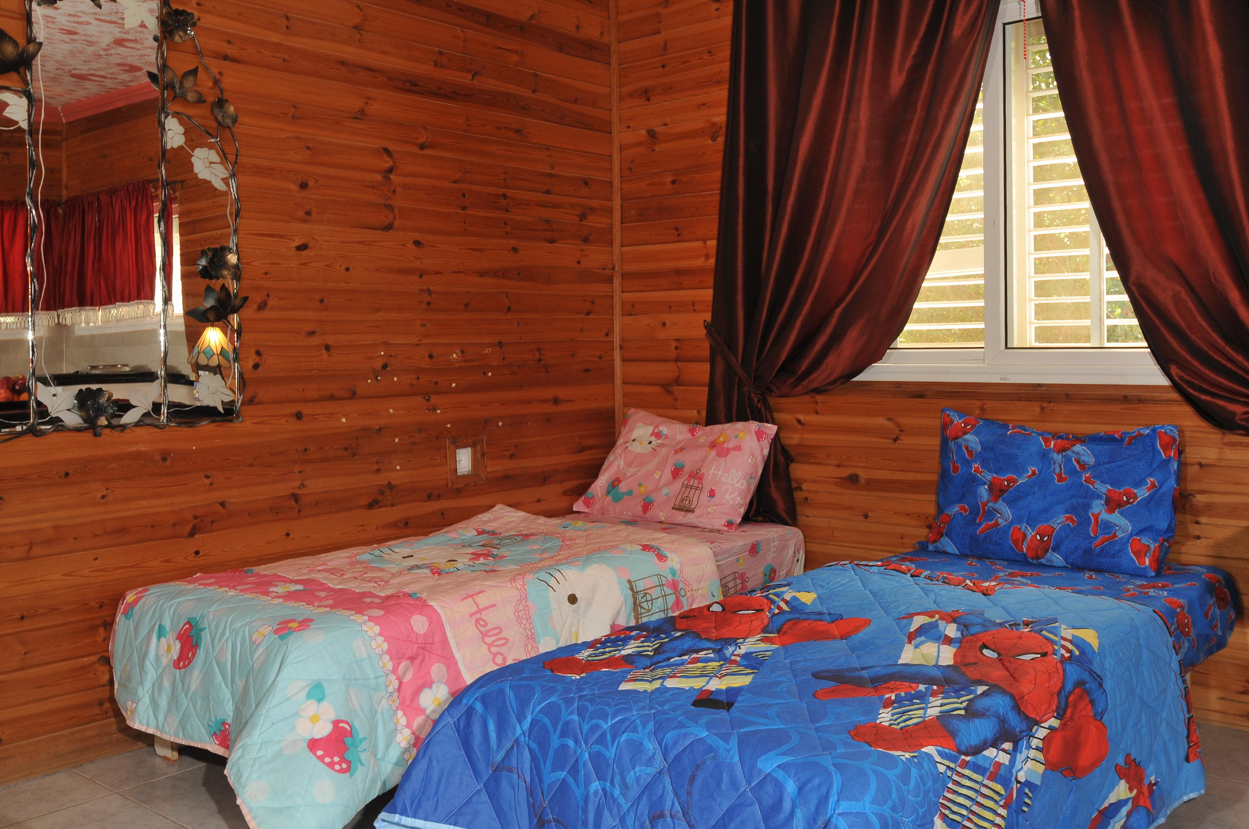 מיטות בסלון בקתת יהלום