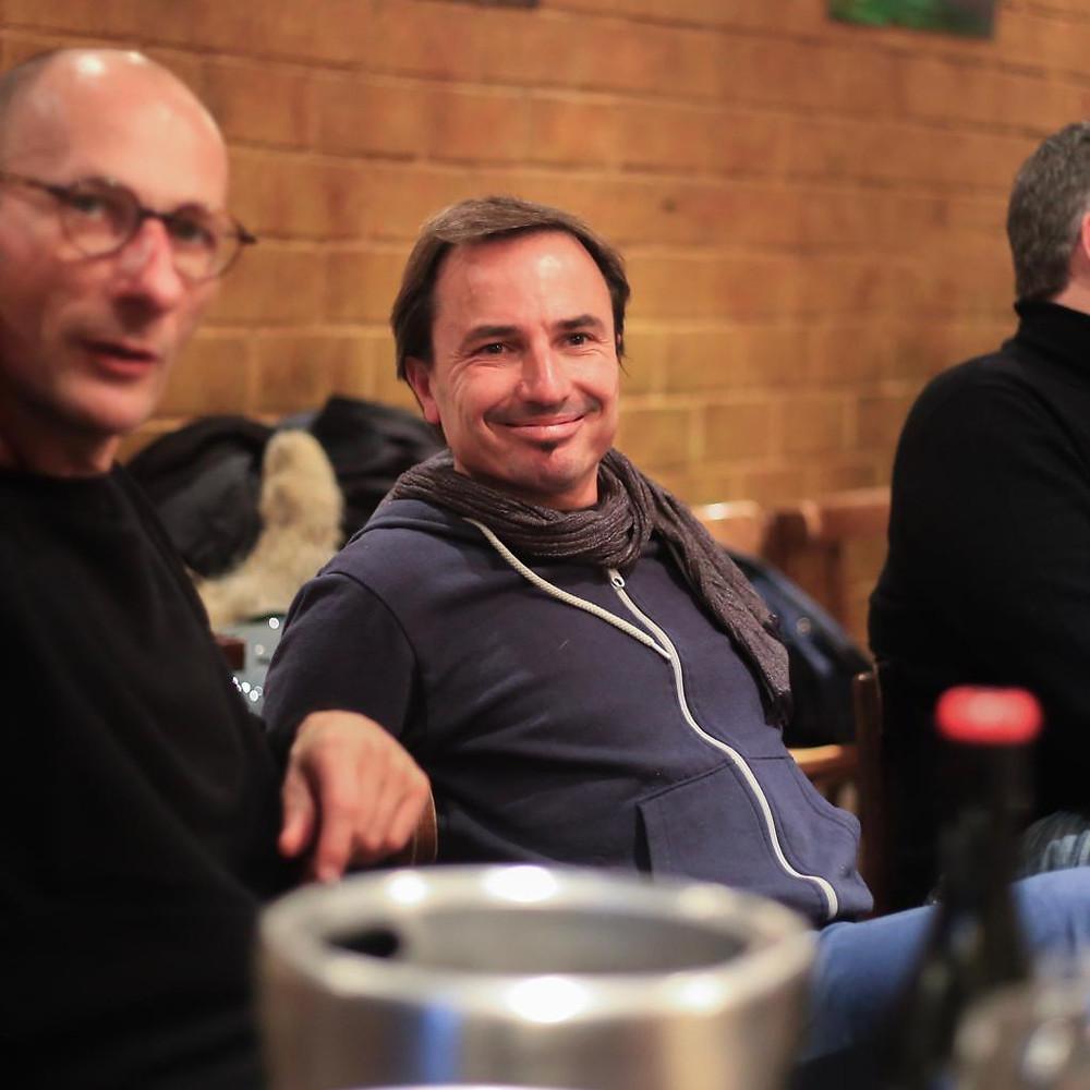 Le vigneron JP Bret assis pendant l'interview derrière une bouteille