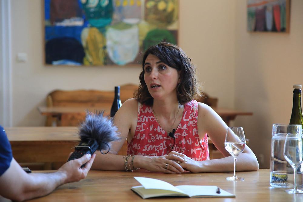Céline Meyer du Domaine Josmeyer assise pendant l'interview répond au micro