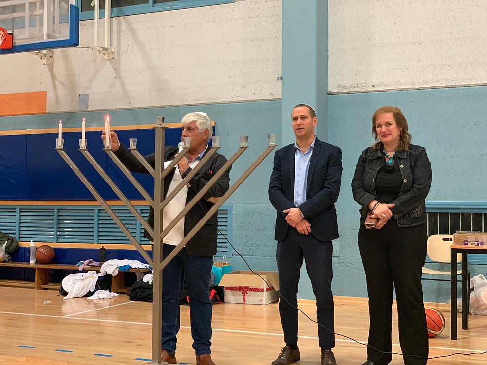 ראש העיר וממלאת מקומו הצטרפו לישראל מוטעי להדלקת נר שלישי של חנוכה