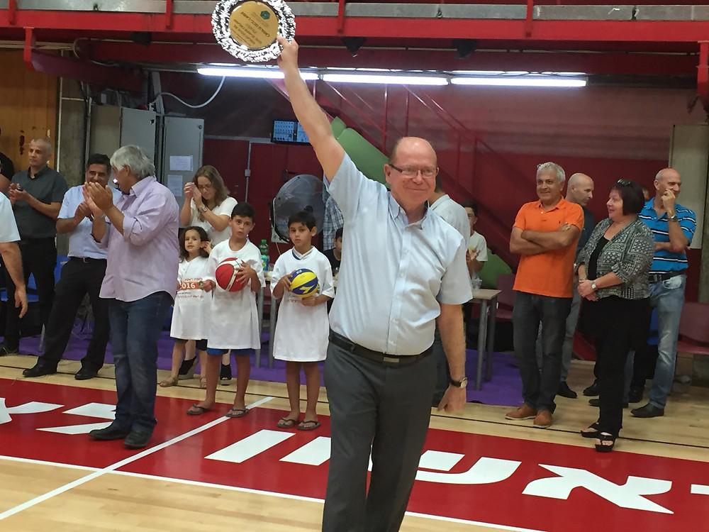 צלחת אלופת כבוד לאלופת המדינה מכבי ראשון לציון בכדורסל - מר יצחק פרי