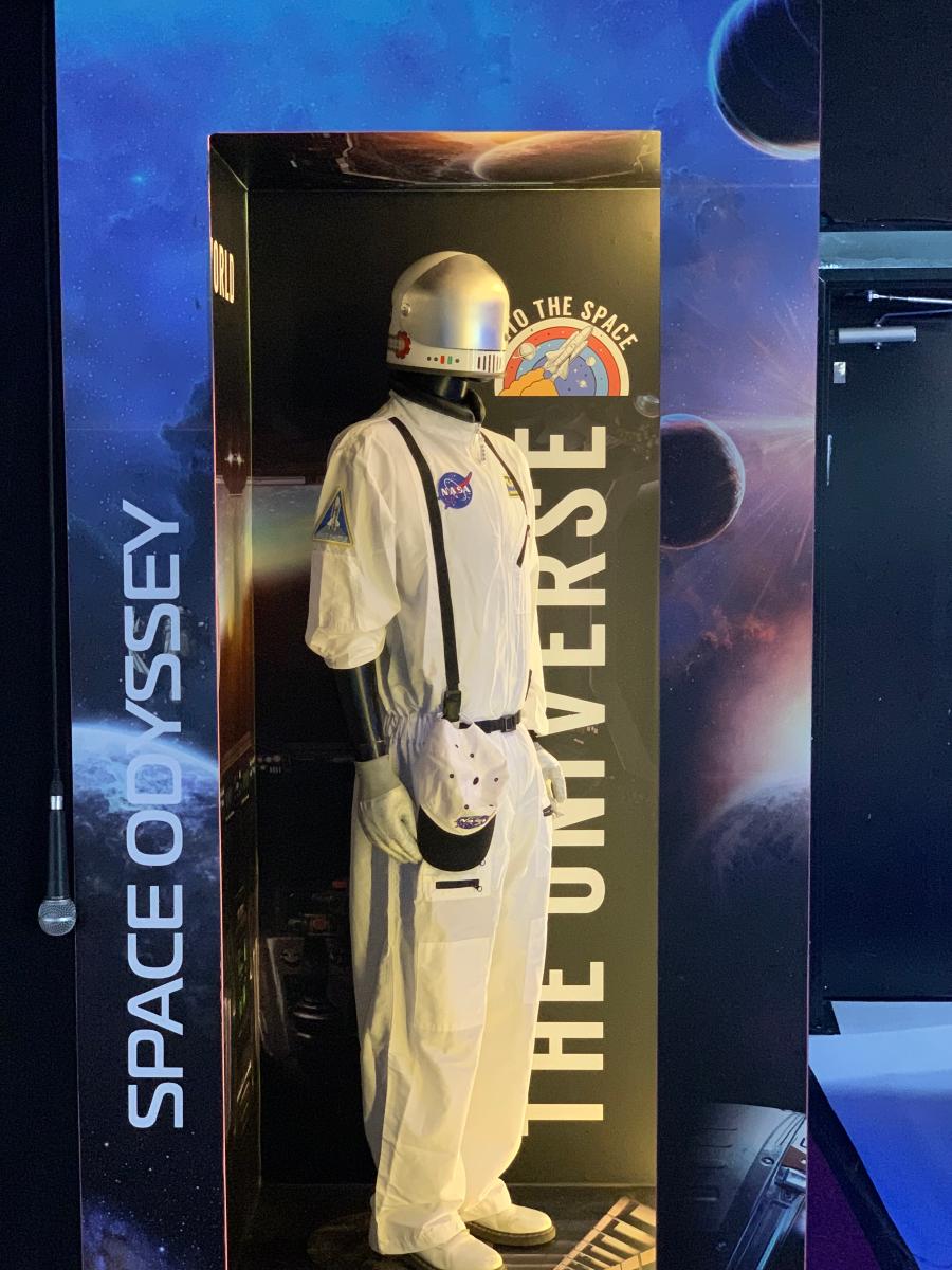 """להצטלם בתוך אריזת מתנה עם האסטרונאוט של נאס""""א"""