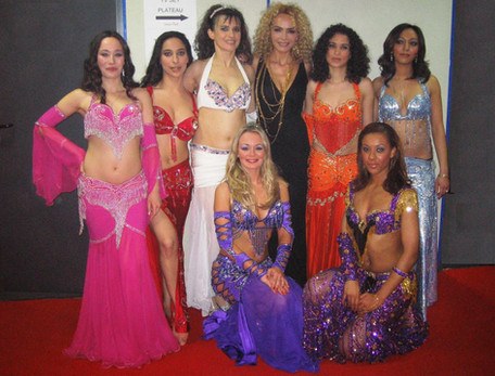 Amana et ses élèves accompagnent la chanteuse Ishtar du groupe Alabina au Symphonic show de France 2