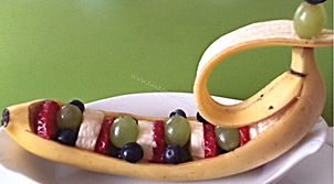 Garnishing with banana / food decoration