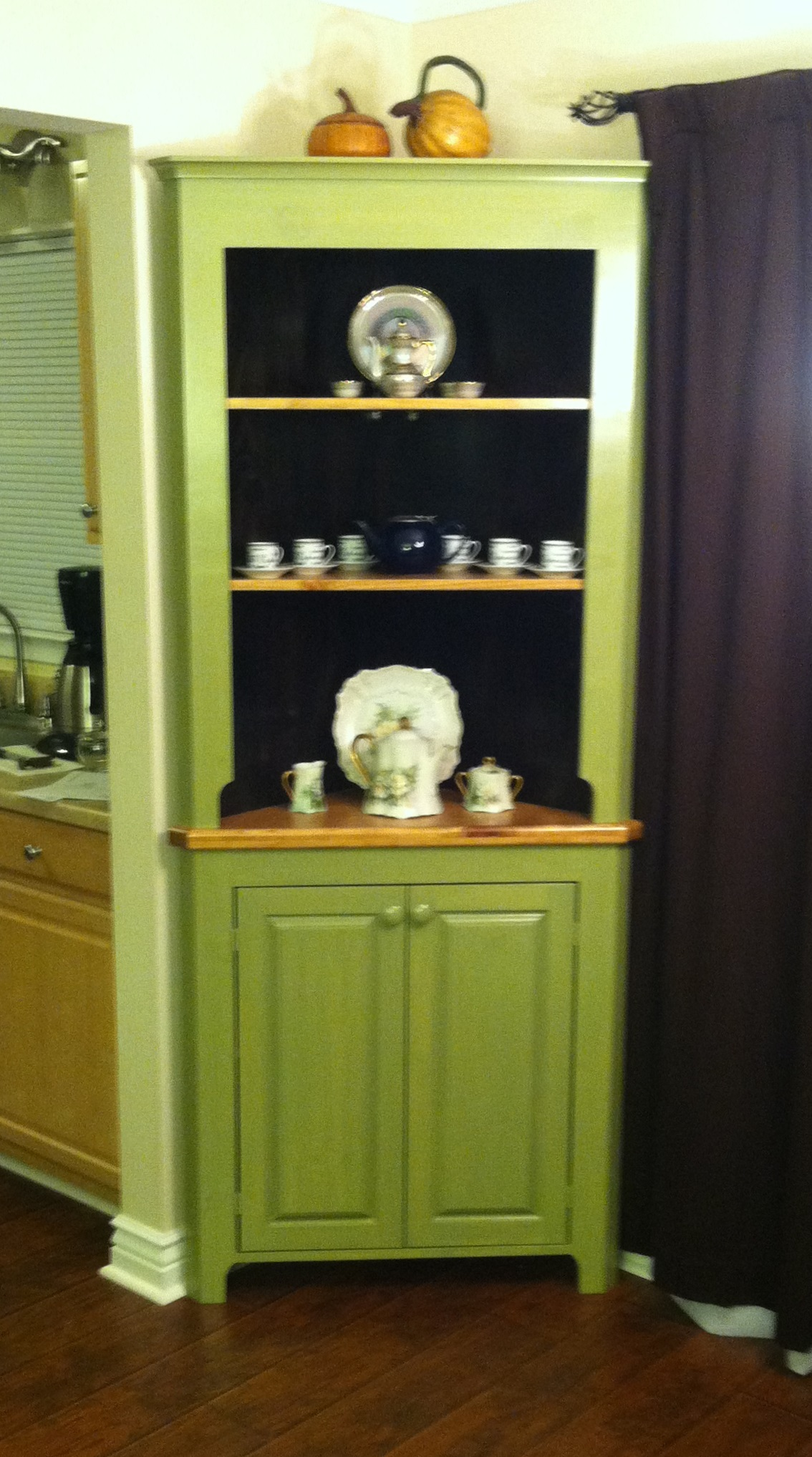 corner hutch finished (2)