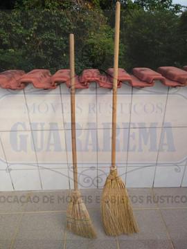 Vassoura caipira de palha para decoração