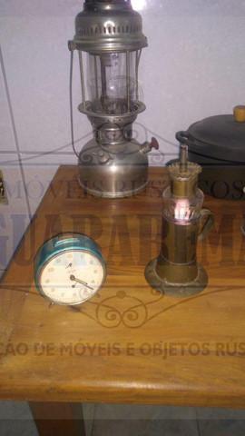 Lampião, lamparina e despertador antigos