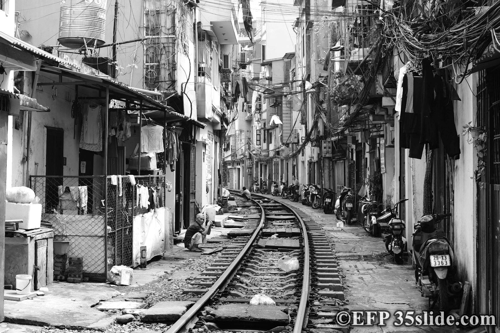 Hanoi railway street.jpg