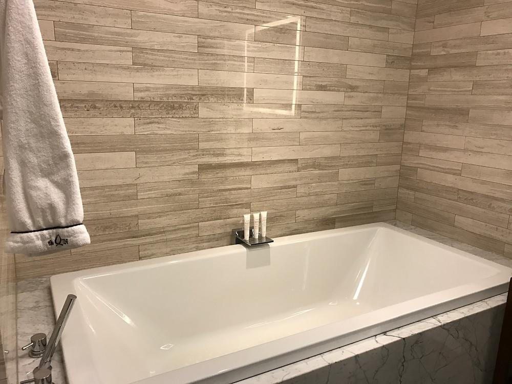 Huge bathtub/mini swimming pool!