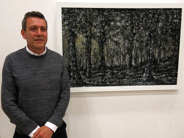 César Ortiz junto a su obra, 'Bosque'