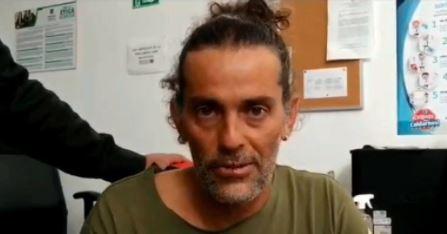 El escultor Jhon Fitzgerald levantó su huelga de hambre y será valorado en el hospital.