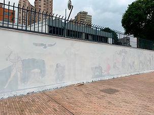 Colombo Americano tapa pintura del Salón Nacional de Artistas hecha en sus muros