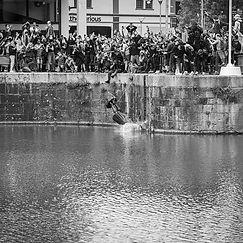 Estatua de Edward Colston siendo arrojada al río durante una protesta de Black Lives Matter en Bristol, Reino Unido. CC Search, CC BY-NC-SA