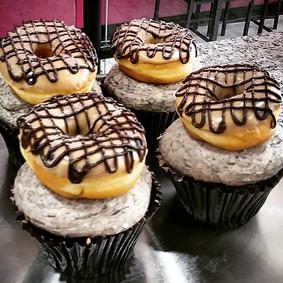 Mocha donut cupcake! With mini donuts fr